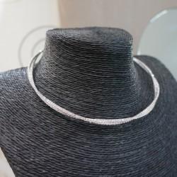 Collier argenté rigide en torsade strass