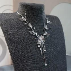 Collier gris argenté fantaisie strass fleur