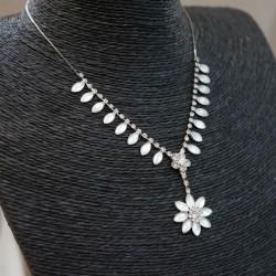 Collier argenté fantaisie résine et strass blanc motif fleur