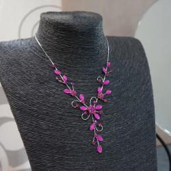 Collier argenté fantaisie résine et strass fushia motif fleur