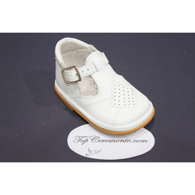 7d620abc3e4a4 Chaussures baptême garçon à boucle en cuir festonné blanc ou beige