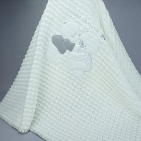 Couverture ou châle en maille bébé caramel blanche et grise