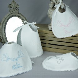 """Bavoir baptême blanc 2 colombes noeud brodé """"Mon Baptême"""" en blanc, argent, rose et bleu"""