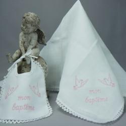 """Bavoir lange blanc de baptême 2 colombes brodé """"Mon baptême"""" en rose"""